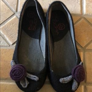 Cute flats size 6.5 with flower detail.